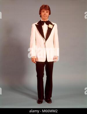 1970 s jugendlich Junge vollständige Abbildung PORTRAIT TRAGEN FORMALEN TUXEDO WEISSE JACKE FÜR ABSCHLUSSBALL DATUM - Stockfoto