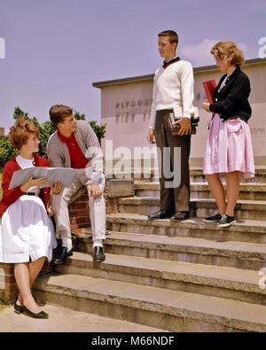 1960 s 4 Teens auf vorderen Stufen HIGH SCHOOL GEBÄUDE REDEN HALTEN BÜCHER-ks 1804 HAR 001 HARS JUGENDLICHER STIL - Stockfoto