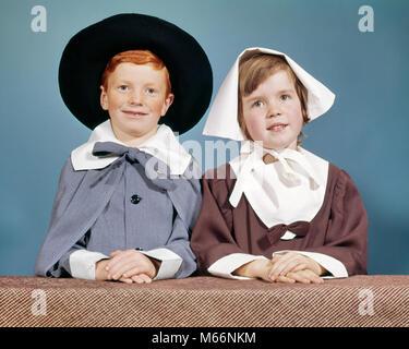 1950er Jahre 1960er Jahre JUNGE MÄDCHEN IN PILGRIM KOSTÜME FÜR VOLKSSCHULE THANKSGIVING SPIELEN AUF KAMERA-Kt 649 - Stockfoto