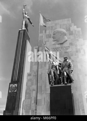 1930 s 1939 WELTMESSE RUSSISCHEN GEBÄUDE MIT STATUEN UND LENIN PLAKETTE, NEW YORK CITY, NY USA-r 1384 PAL 001 HARS - Stockfoto