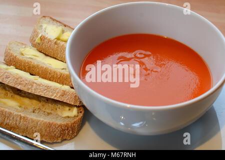Tomatensuppe mit Rustikales Brot - Stockfoto