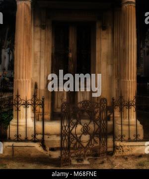 Eine offene rostige Tor in ein unheimliches Tür von einem verlassenen Gebäude. - Stockfoto