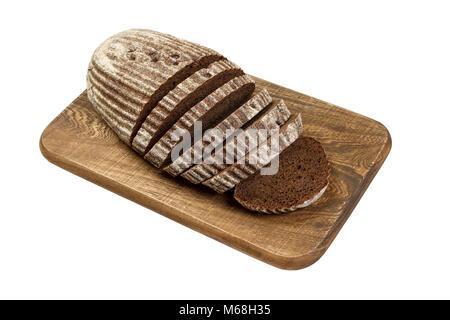 Frisch geschnittene Roggenbrot auf Holzbrett isoliert auf Weiss. - Stockfoto