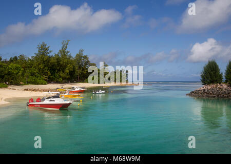 Boote im türkisblauen Wasser in einem tropischen Bucht liegen auf La Digue, Seychellen. - Stockfoto
