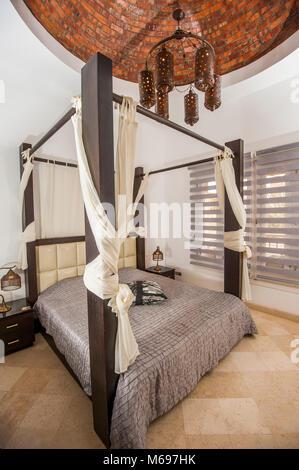 Ferienwohnung Interieur - Schlafzimmer mit Himmelbett Stockfoto ...