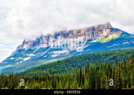 Wolken steigen auf der Oberseite des Castle Mountain im Banff National Park, Kanada, an der östlichen Bereiche der - Stockfoto