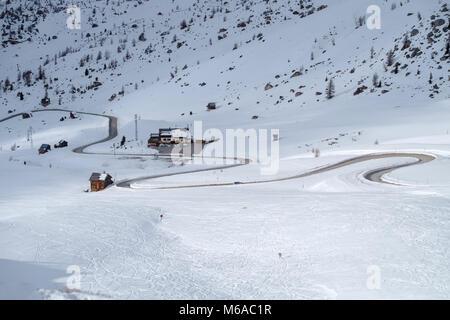 Snowy Mountain Road im Winter Landschaft in der Nähe von Passo Giau in Dolomiten in Italien. - Stockfoto