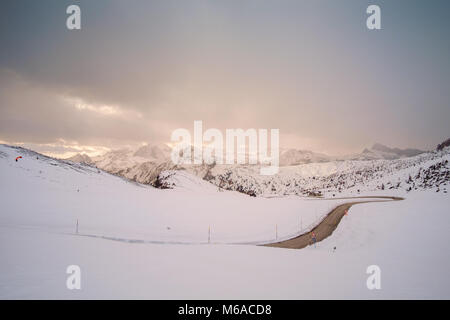 Snowy Mountain Road im Winter Landschaft in der Nähe von Passo Giau in Dolomiten in Italien. - Stockfoto