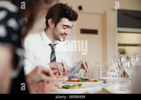 Nahaufnahme von Hochzeit Gäste sprechen während der Starter Ihrer Mahlzeit bei einer Hochzeit genießen. - Stockfoto