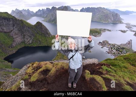 Weibliche Touristen Lofoten in Norwegen. Junge erwachsene Frau mit leeren copyspace Papier. - Stockfoto