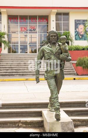 Santa Clara, Kuba - 10. Dezember 2017: Denkmal der Helden Ernesto Che Guevara mit einem Kind in seine Arme - Stockfoto