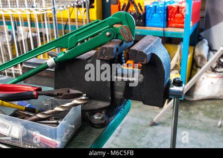 Die geraden Rohrzange und Schraubstock - Stockfoto