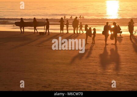 Menschen Wandern, Fotografieren, Surfen, auf Handys, Geselligkeit und Spielen am Strand in San Diego, Kalifornien, - Stockfoto