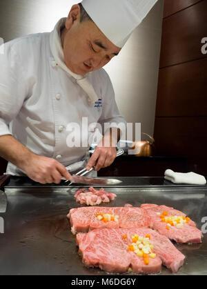 Ein Koch Kochen matsuzaka beef steak vor den Gästen bei Hama Steak House, Roppongi, Tokyo, Japan - Stockfoto