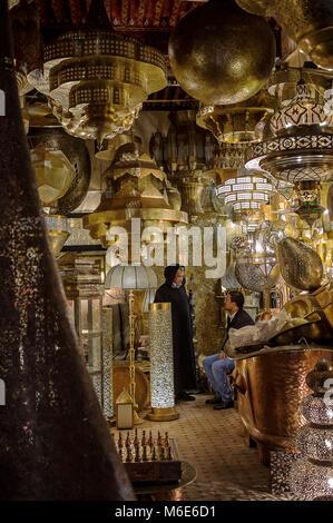 Messing Laternen shop, in der Nähe Seffarine Square, Medina, Fès. Marokko - Stockfoto