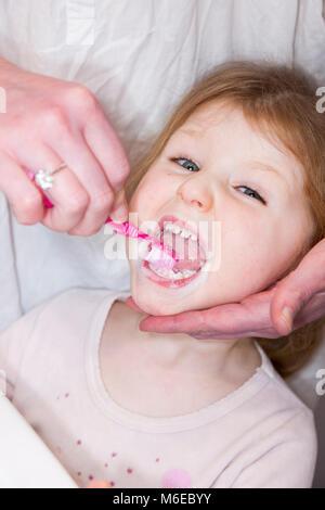 Drei Jahre alten Kind/Kind im Alter von 3 Jahren ihre Milch Zähne gebürstet mit einer Zahnbürste/Zahn Bürste mit - Stockfoto