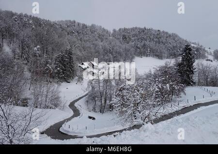 Schneebedeckte Landschaft mit einem homesteade im Winter. Savinjska Region; Stajerska (Steiermark) Slowenien - Stockfoto