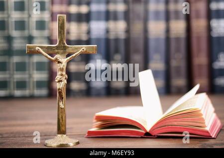 Christliche Kreuz auf einer hölzernen Hintergrund, Jesus Christus, Heilige Bibel Konzept. - Stockfoto