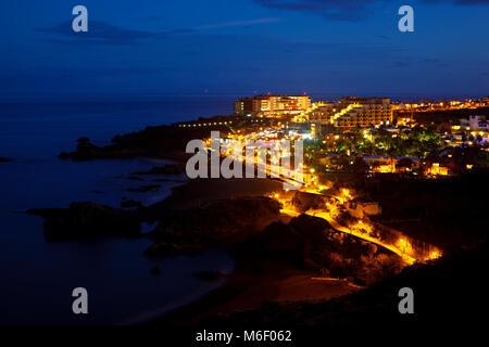 Blick auf das Hotel Dorf Los Cancajos auf La Palma kurz nach Sonnenuntergang. - Stockfoto