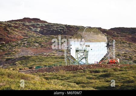 Sternwarte mit einem riesigen Spiegel an Roque de Los Muchachos auf La Palma in Spanien. - Stockfoto