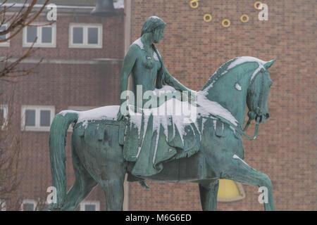 COVENTRY, England, Großbritannien - 3. März 2018: Lady Godiva Statue an Broadgate im Zentrum der Stadt, Coventry, - Stockfoto