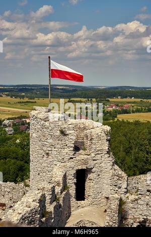 Polnische Nationalflagge flattern auf dem Wehrturm des Schlosses in Ogrodzieniec, im Hintergrund einen schönen Sommer - Stockfoto