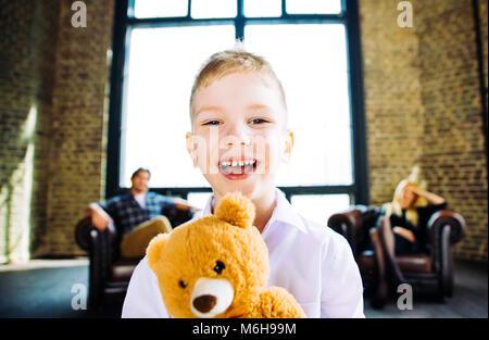 Familie Home Portrait. Eltern und Sohn Zeit miteinander zu verbringen - Stockfoto