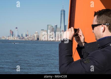 Die Skyline von Lower Manhattan von New York Harbor, New York, USA - Stockfoto