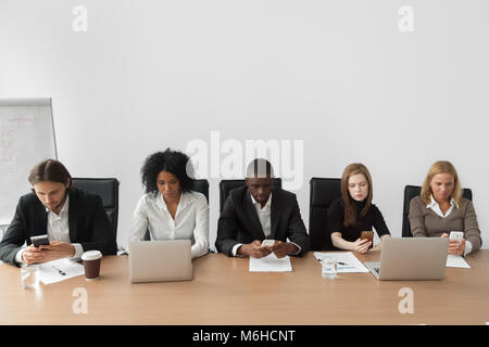 Vielfältigen afrikanischen und kaukasische Geschäft Leute mit Geräten bei m - Stockfoto