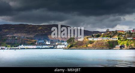 Die hübsche Stadt Portree auf der Insel Skye. - Stockfoto