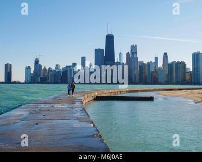 Ein paar Spaziergänge am Meer entlang der Wand an der North Avenue Beach, Chicago, Illinois. - Stockfoto