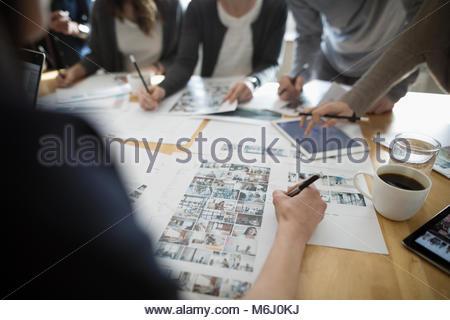 Produktion Team bearbeiten Foto Beweise im Büro treffen - Stockfoto
