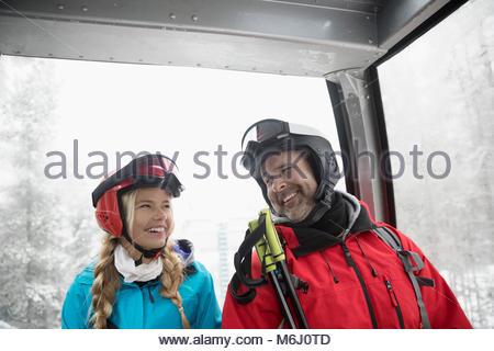 Gerne Vater und Tochter Skifahrer, Gondel - Stockfoto