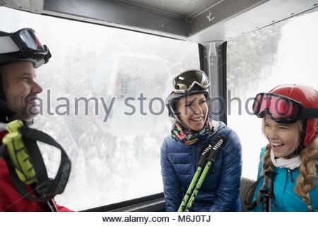 Lächelnd Familie Skifahrer, Gondel - Stockfoto