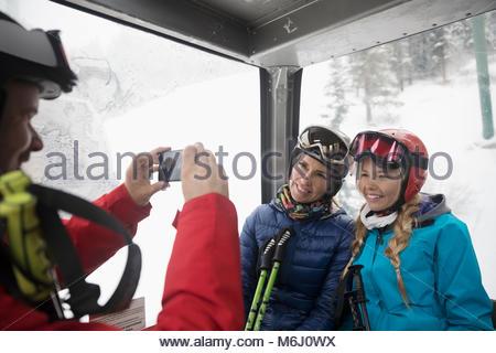 Familie Skifahrer, Gondel, die Fotos mit der Kamera Handy - Stockfoto