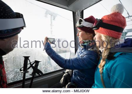 Familie Skifahrer, Gondel, Fotografieren mit Kamera Handy - Stockfoto