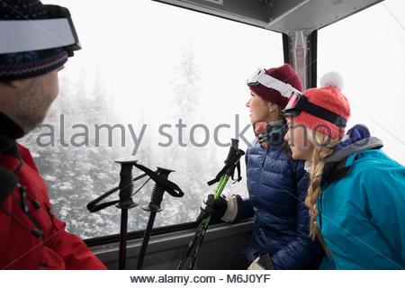 Familie Skifahrer, Gondel, die Aussicht genießen. - Stockfoto