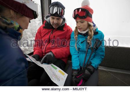 Familie Skifahrer, Gondel, auf Karte suchen - Stockfoto
