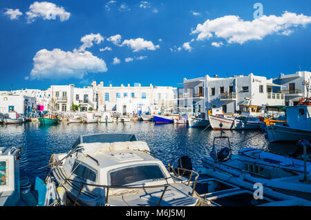 Stadt Naoussa, Paros, Griechenland, Juli 2017: Dorf Naoussa auf der Insel Paros, Kykladen ist einer der schönsten - Stockfoto