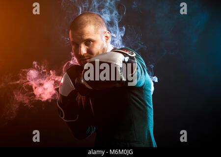 Schöner mann Sportsman in weißem Hemd, grüne Jacke, schwarz und weiß Boxhandschuhe Boxen und bereit, alle gegenüber - Stockfoto
