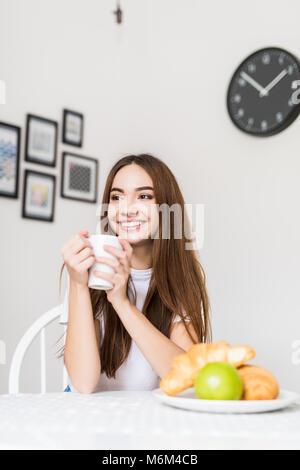 Gesundes Frühstück. Frau essen Frühstück am Morgen - Stockfoto