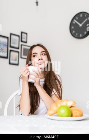 Junge lächelnde Frau, Essen, Getreide- und lächelnd. Gesundes Frühstück. Beginnen Sie Ihren Tag. Diäten, Fitness - Stockfoto