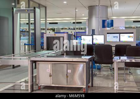 Checkpoint am Flughafen. X-ray Scanner mit Monitoren für die Erkennung von gefährlichen Gegenständen der Passagiere. - Stockfoto