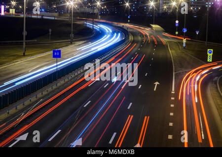 Leichte Wanderwege auf der Autobahn bei Nacht, Langzeitbelichtung Abstract im städtischen Hintergrund - Stockfoto