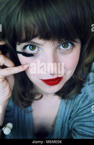 Junge Frau Anwendung Make-up selbst - Stockfoto