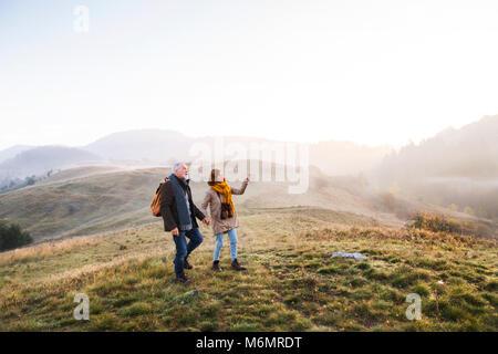 Senior Paar auf einem Spaziergang in einem Herbst Natur. - Stockfoto