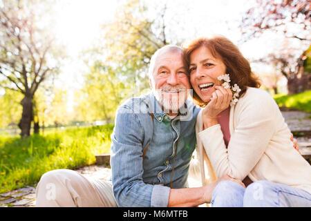 Schönes älteres Ehepaar in Liebe außerhalb im Frühjahr die Natur. - Stockfoto
