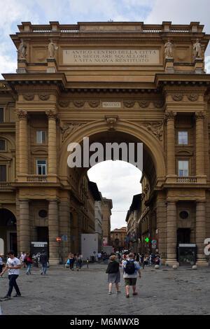 Triumphbogen auf der Piazza della Repubblica in das historische Zentrum von Florenz mit den Völkern - Italien. - Stockfoto