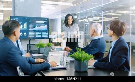 Schöne Geschäftsfrau gibt Bericht/Präsentation zu Ihrem Geschäftspartner Alle jubeln und applaudieren und geben - Stockfoto