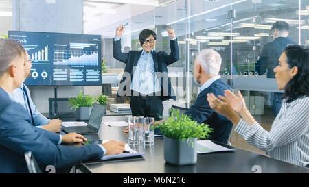 Asiatische Geschäftsmann gibt Bericht/Präsentation zu Ihrem Geschäftspartner Alle jubeln und applaudieren und geben - Stockfoto